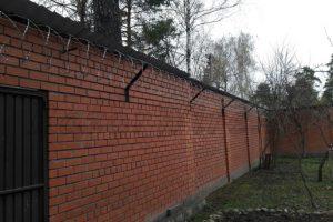 Колючая_проволока_кирпичный_забор