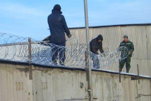 Фото бригады на монтаже колючей проволоки